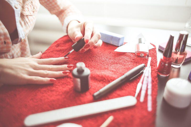 Tradycyjne i hybrydowe lakiery do paznokci