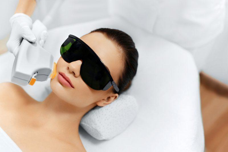 Laser frakcyjny CO2 - młoda kobieta podczas zabiegu laserowego na twarz.